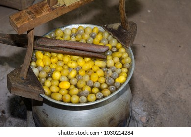 Boiling yellow silkworm cocoons and making silk thread, Boiled silk nest to be silk