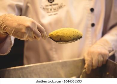 Bolinhos de Bacalhau - Portugals Popular Fried Cod Fish Cakes, Prozess der Zubereitung frittierter Kabeljaukuchen, Straßen von Porto, Nordregion, Portugal
