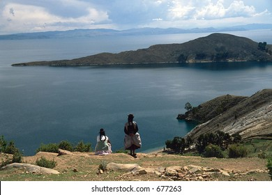 Bolivia: Women watching the breathtaking view in Isla del Sol, Titicaca Lake (SLIDE) © Dario Diament/LATINPHOTO.org NO ARCHIVO-NO ARCHIVE-ARCHIEVUNG-VERBOTEN!