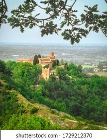 Bologna Wahrzeichen Abbazia Monteveglio Vertikaler Hintergrund Emilia Romagna Region - Italien.
