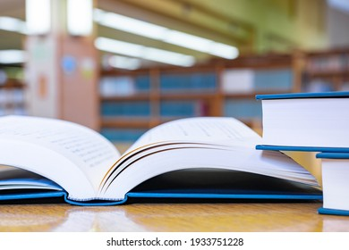 A book placed on a desk in the library (reading image)