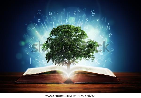 Livro ou árvore do conceito de conhecimento com uma árvore de carvalho crescendo a partir de um livro aberto e cartas voando das páginas