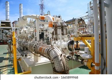 Der Kompressor und die Dampfrückgewinnungseinheit im Öl- und Gasproduktionsprozess. Der Ladedruck des Gases im Produktionsprozess. Die Maschine arbeitet unter Techniker und Controller.