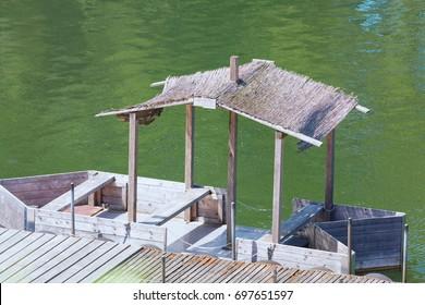 Bootssteg mit einfachen Bootshaus oder Holzboot mit Strohdach.