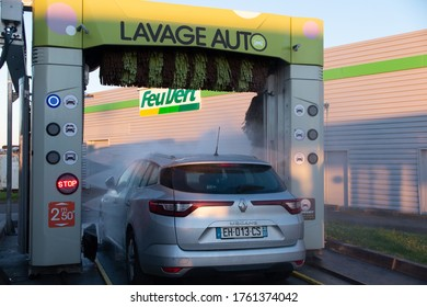 Bordeaux , Aquitaine / France - 06 14 2020 : feu vert car wash with rollers and megane renault