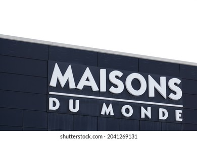 Bordeaux , Aquitaine  France - 09 10 2021 : maisons du monde logo and text sign front of store french home decoration house chain brand shop