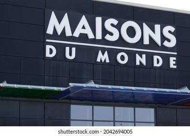 Bordeaux , Aquitaine  France - 09 10 2021 : maisons du monde brand shop logo and sign text for french store home decoration chain business