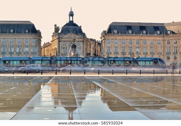 Bordeaux (place de la bourse) : un tramway passe devant la place de la bourse