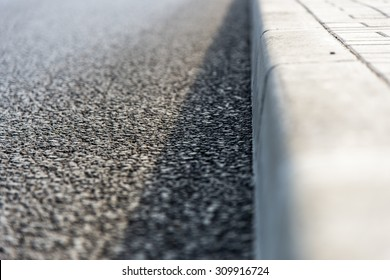 Border among sidewalk and the road