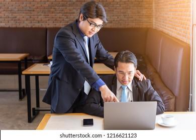 Boss manager supervisor teaching coaching training subordibate businessman