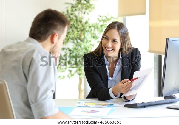 Jefe mostrando un buen trabajo felicitando a un empleado en la oficina
