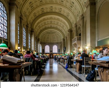 Boston, MA, USA - Octobre 29, 2016: Unidentified people studying inside Boston Library