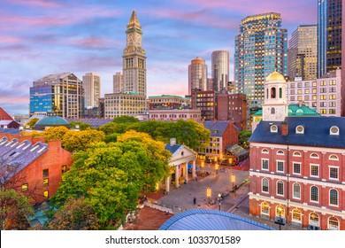 夕暮れ時に米国マサチューセッツ州ボストンとファニュイルホールとクインシーマーケットのスカイライン。