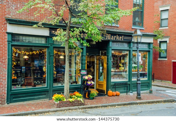 BOSTON, OCT 6: A Retail Shopfront in the Historic Beacon Hill, which is a Neighbourhood of Boston Known for its Red-brick Terraced houses and its Narrow, Gaslit Streets. BOSTON - MA, October 6, 2012.