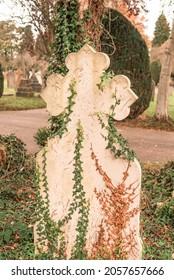 Croix religieuse de Botonee au cimetière. Scène d'un ancien cimetière européen avec une pierre tombale en forme de croix blanche à l'avant.