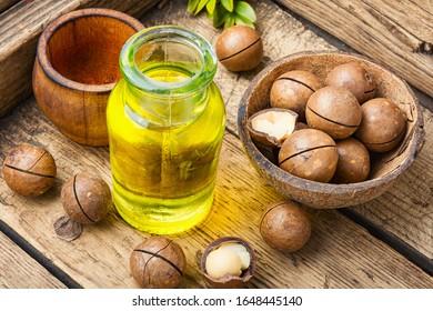 Flasche Macadamia-Nussöl und Macadamia-Nüsse