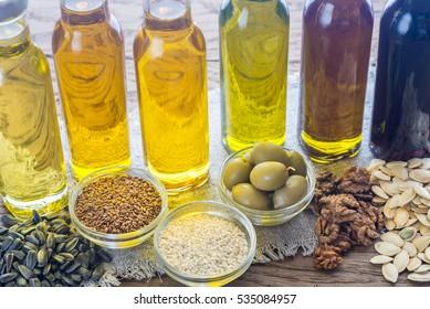 Flaschen mit verschiedenen Pflanzenölsorten