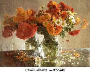 ein Strauß Chrysanthemen außerhalb des Fensters, das mit Regen bedeckt ist