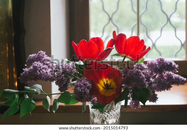 bouquet-lilacs-red-tulips-vase-600w-2015