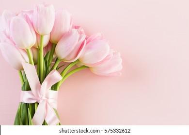 Bouquet de tulipes roses sur fond rose.