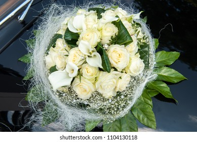 bouquet of white roses for the wedding