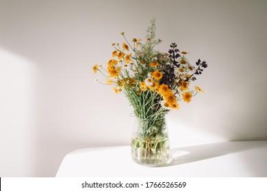 Bouquet von wilden natürlichen Blumen in einer Vase im Inneren, selektiver Fokus. bunter Blumenstrauß im Mittelsommer