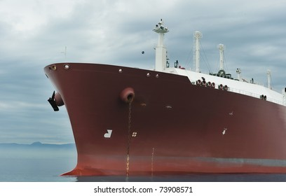 Bow of an anchored liquefied gas carrier