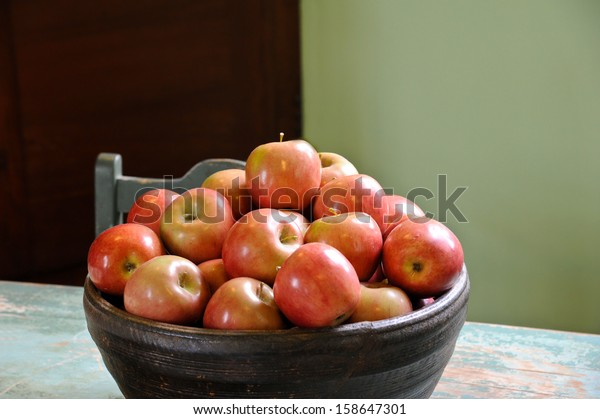 bowl-apples-on-table-natural-600w-158647