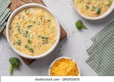 Schüssel Brokkoli und Cheddar-Käsesuppe