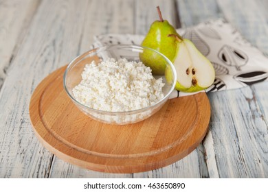 Bowl of cottage cheese with pear