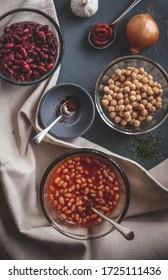 豆やハーブなどの混ざった具を入れた茶碗