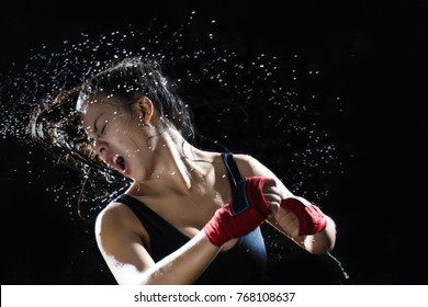 The boxer is in a position where the opponent punches her face. Boxing is popular for women today. In addition to spending time to be helpful, it also helps to lose weight and slimming as well.
