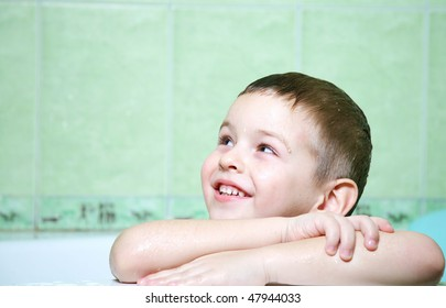 The boy in the bathroom, with an excellent mood, the completion of water treatments