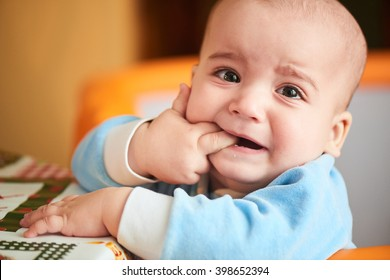 The boy was crying and biting your fingers, climb first teeth
