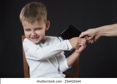 Boy does not give a  tablet , which mother want give away