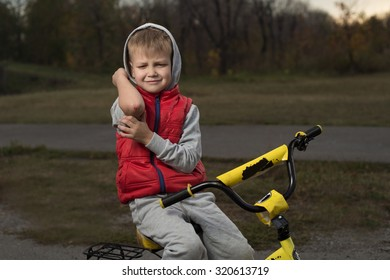 Boy fell off his bicycle and cry