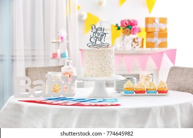 """""""Boy or girl"""" cake and """"Thank you"""" cards for baby shower party on table indoors"""