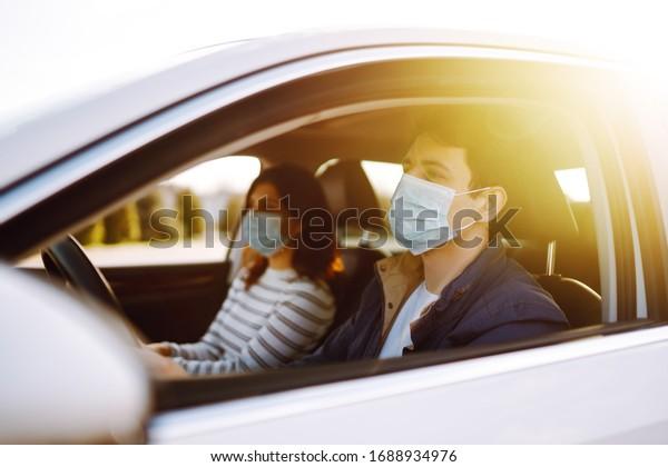 Garçon et fille portent un masque médical stérile protecteur dans la voiture. Le concept de prévention de la propagation de l'épidémie et de traitement du coronavirus, pandémie dans la ville de quarantaine. Vidéo -19.