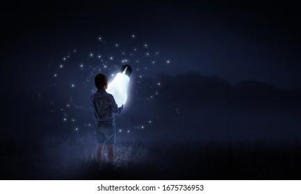 Garçon tenant une ampoule