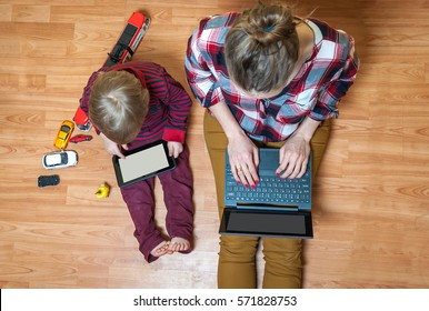 Royalty Free Kids With Tablet In A Car Images Stock Photos