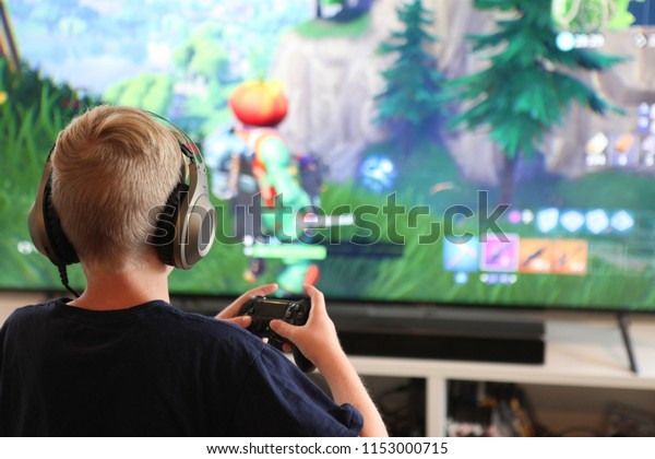 Garçon jouant à Fortnite