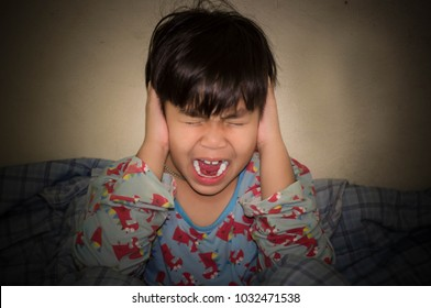 Boy scream And the hands off the ear. Because stress from being pressured. Family pressure between parents makes children feel stressed.