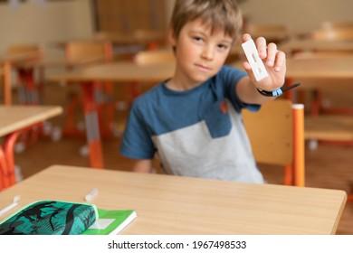 Der Junge wird vor dem Unterricht auf Covid-19 getestet.
