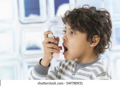Junge, die Nasenspray verwenden.- Allergiekonzept