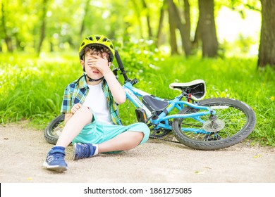 A boy who fell from a Bicycle on a walk in the Park is crying because of a broken knee.Abrasions and wounds of children