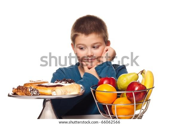 chlapcův výběr zdravého nebo nezdravého občerstvení