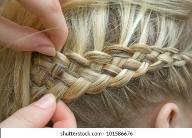 Braid one's hair