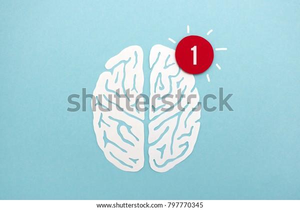 Оповещение мозга - белая бумага вырезать силуэт мозга с красным оповещением, полезное изображение для иллюстрации идей, бдительность, мышление