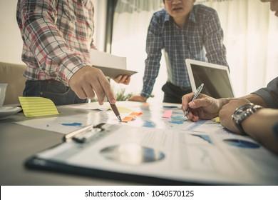 Brainstorming Gruppe von Menschen arbeiten Konzept.Geschäftsteam sorgt für Brainstorming. Suche nach Marketingplänen. Papierarbeit auf dem Tisch, Laptop und Handy.