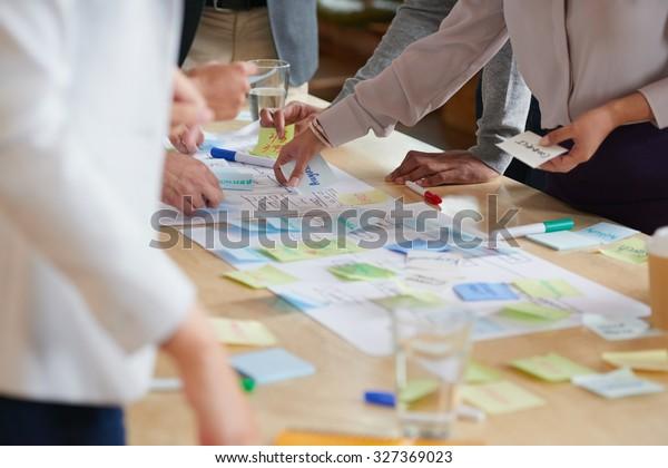 Brainstorming-Sitzung mit Post-it-Notizen auf dem Schreibtisch